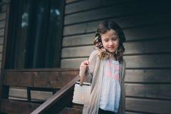 Fille d'enfant avec le bougeoir détendant dans la soirée à la maison de campagne confortable Photo stock