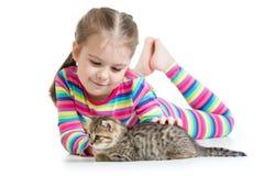 Fille d'enfant avec le chaton de chat Images stock