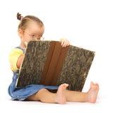 Fille d'enfant avec le livre de lecture en verre sur le blanc Images libres de droits
