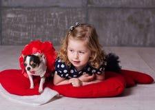 Fille d'enfant d'amis et chien heureux de chuhuahua Image stock