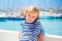 Fille d'enfant d'enfant dans le bateau de marina des vacances d'été Photos libres de droits