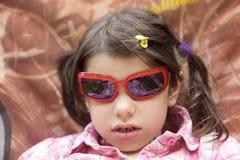Fille d'enfant dans des lunettes de soleil Images stock