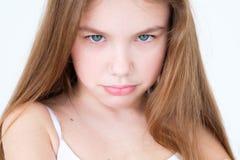 Fille d'enfant de lèvres pincée par mal capricieux d'émotion images stock
