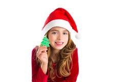 Fille d'enfant de Noël tenant le biscuit d'arbre de Noël Photos libres de droits