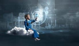 Fille d'enfant employant des technologies modernes photo libre de droits