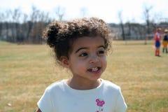 Fille d'enfant en bas âge à l'extérieur Image stock