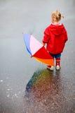 Fille d'enfant en bas âge à l'extérieur au jour pluvieux Photographie stock