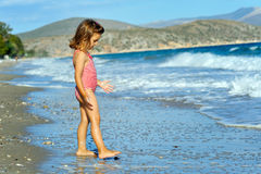 Fille d'enfant en bas âge à la plage Photo libre de droits