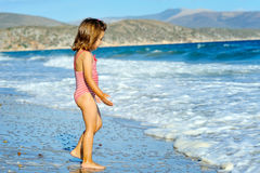 Fille d'enfant en bas âge à la plage Photos stock