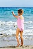Fille d'enfant en bas âge à la plage Photo stock