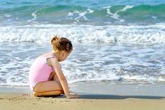 Fille d'enfant en bas âge à la plage Image libre de droits