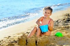 Fille d'enfant en bas âge à la plage Images stock