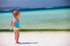 Fille d'enfant en bas âge à la plage tropicale Photographie stock libre de droits