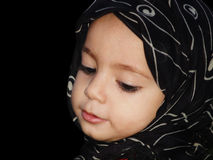 Fille d'enfant en bas âge avec l'écharpe Image libre de droits