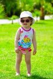 Fille d'enfant en bas âge dans des lunettes de soleil Image libre de droits