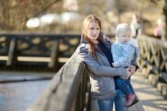 Fille d'enfant en bas âge dans des mains de mères Image libre de droits