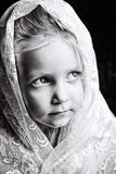 Fille d'enfant en bas âge dans la dentelle blanche Photographie stock libre de droits