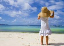 Fille d'enfant en bas âge dans le chapeau d'été sur la plage tropicale Photo libre de droits