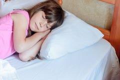 Fille d'enfant en bas âge dormant dans le lit à la maison, d'intérieur Photographie stock libre de droits