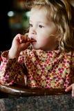 Fille d'enfant en bas âge en café Photos stock