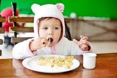 Fille d'enfant en bas âge en café Photo libre de droits