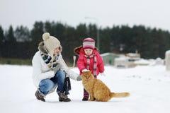 Fille d'enfant en bas âge et sa mère un jour de l'hiver Photographie stock libre de droits
