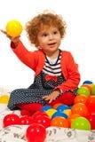 Fille d'enfant en bas âge jouant avec des boules Images stock