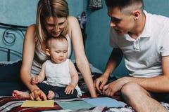Fille d'enfant en bas âge jouant avec les cartes de papier multicolores Image stock