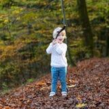 Fille d'enfant en bas âge jouant dans la forêt Photos stock