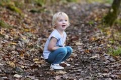 Fille d'enfant en bas âge jouant dans la forêt Image stock
