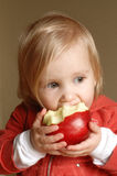 Fille d'enfant en bas âge mangeant la pomme Image libre de droits
