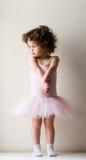 Fille d'enfant en bas âge se tenant dans le tutu rose Image libre de droits