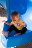 Fille d'enfant en bas âge sur la glissière avec l'électricité statique Photographie stock libre de droits