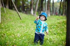 Fille d'enfant en bas âge sur un joncteur réseau d'arbre Images stock