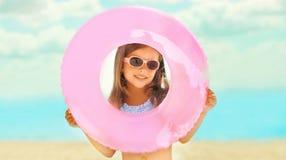 Fille d'enfant heureux en gros plan de portrait petite tenant le cercle en caoutchouc gonflable ayant l'amusement photos libres de droits