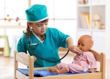 Fille d'enfant jouant avec la poupée dans l'hôpital Image stock