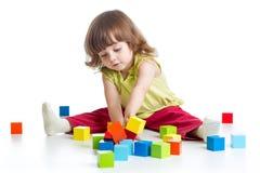 fille d'enfant jouant des jouets de bloc constitutif Images libres de droits