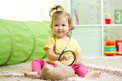 Fille d'enfant jouant docteur With A Cat photo stock