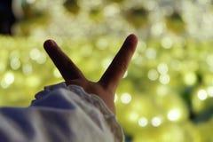 Fille d'enfant jugeant les deux doigts en avant Photographie stock libre de droits