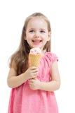 Fille d'enfant mangeant la crème glacée  Image stock