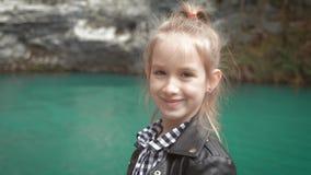 Fille d'enfant regardant le beau lac Vacances de famille de ressort Petite fille sur la tra?n?e sc?nique de hausse Amusement ext? clips vidéos