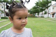 Fille d'enfant sur la pelouse Photographie stock