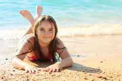 Fille d'enfant sur la plage Photo stock