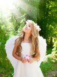 Fille d'enfants d'ange dans la forêt avec la fleur à disposition images libres de droits