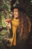 Fille d'hiver avec la pomme photos stock