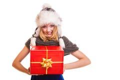 Fille d'hiver avec le boîte-cadeau rouge d'isolement photographie stock libre de droits