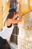 Fille d'houblon de hanche avec des écouteurs dans un milieu urbain Photo stock
