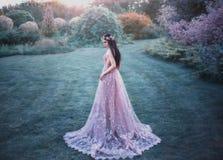 Fille d'imagination dans un jardin féerique Photographie stock libre de droits