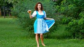Fille d'Oktoberfest dans le costume bavarois avec de la bière banque de vidéos