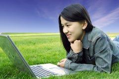 Fille d'ordinateur portatif images libres de droits